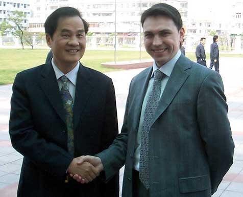 Генеральный директор Группы компаний «Прохладный ветер» Грибков Р.О. и президент компании GREE Hanrey H. Wang встреча на заводе GREE в Китае